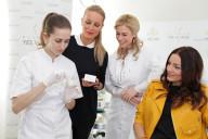 príprava Plazma Creamu pre Kristínu Kormúthovú(vpravo K.Kormúthová, vedûa nej Mudr.B.Brezová a S.Krainová