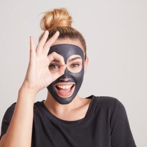 Cierna cistiaca pletova maska s vytazkom z uhlia Clearskin_image